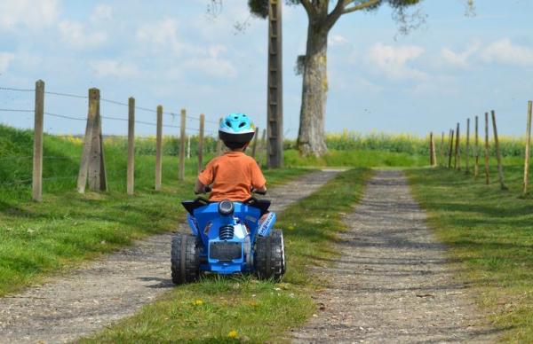 Трехлетний мальчик в одиночестве уехал на детском квадроцикле