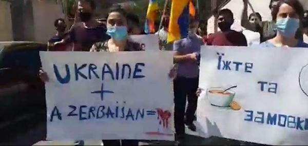 Съешьте его и замолчите. Жители Еревана в знак протеста облили Посольство Украины борщом — видео