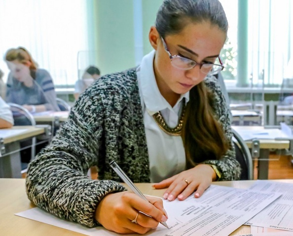 Выпускники российских школ приступили к сдаче ЕГЭ