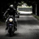 Доставлен в больницу: в Харьюмаа мотоциклист вылетел с дороги