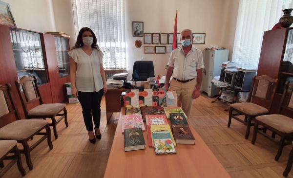Школам Армении передали учебники по русскому языку и издание о Великой Отечественной войне