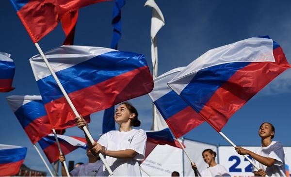 Соотечественники за рубежом отметили День государственного флага России
