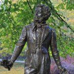 Вандалы вновь повредили памятник Пушкину в Риге