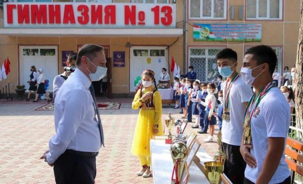 Ко Дню знаний школы Таджикистана получили в подарок книги на русском языке