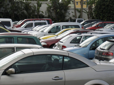 Почему, выгнав такси с «выделенок», власти оставят миллионы горожан без личных машин
