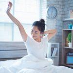 Упражнение «руки вверх», которое подтягивает живот и руки. Как правильно его выполнять?