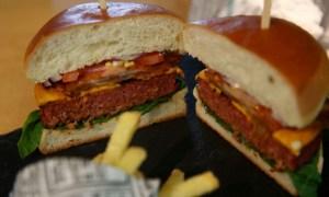 Европарламент озаботился судьбой «бургеров» и «сосисок»