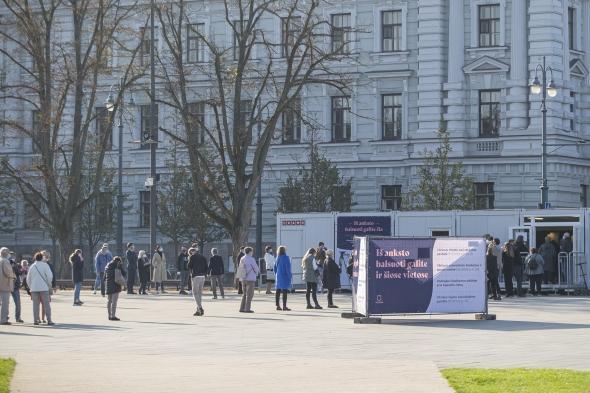 В последний день досрочного голосования очередь на Лукишкской площади была еще до открытия