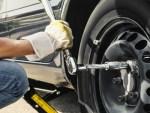 Как открутить заржавевшую гайку на колесе, чтобы ничего не сломать