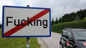 Publico Португалия : уставшие от краж табличек жители австрийской деревни Fucking решили изменить ее название