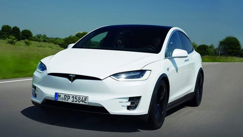 Tesla отзывает более 9500 электромобилей из-за отрывающейся крыши