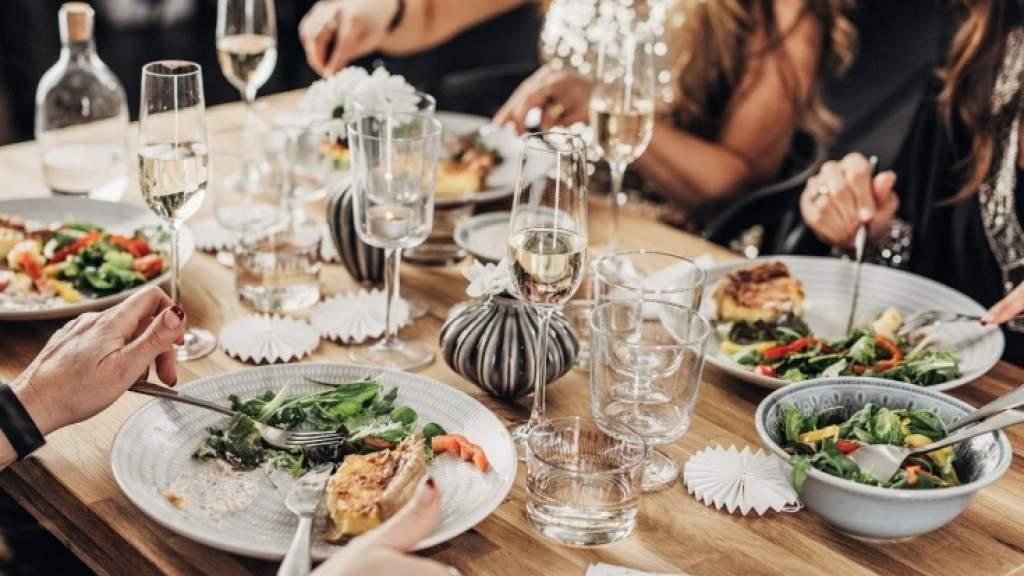 Блюда, которые лучше не есть в новогоднюю ночь. Как должен выглядеть полезный новогодний стол?