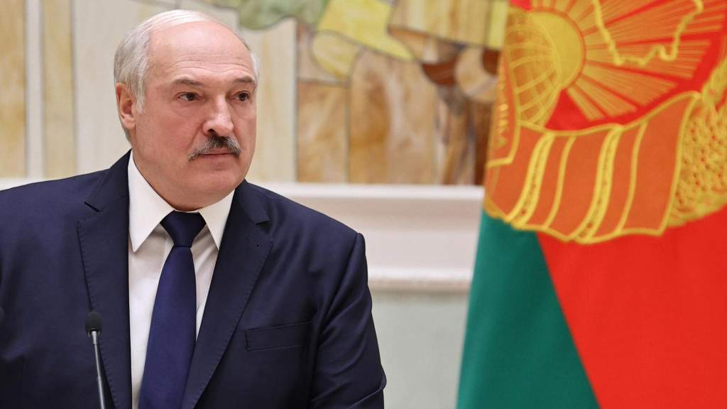 Лукашенко заявил, что не покинет свой пост, пока последний омоновец не попросит его уйти