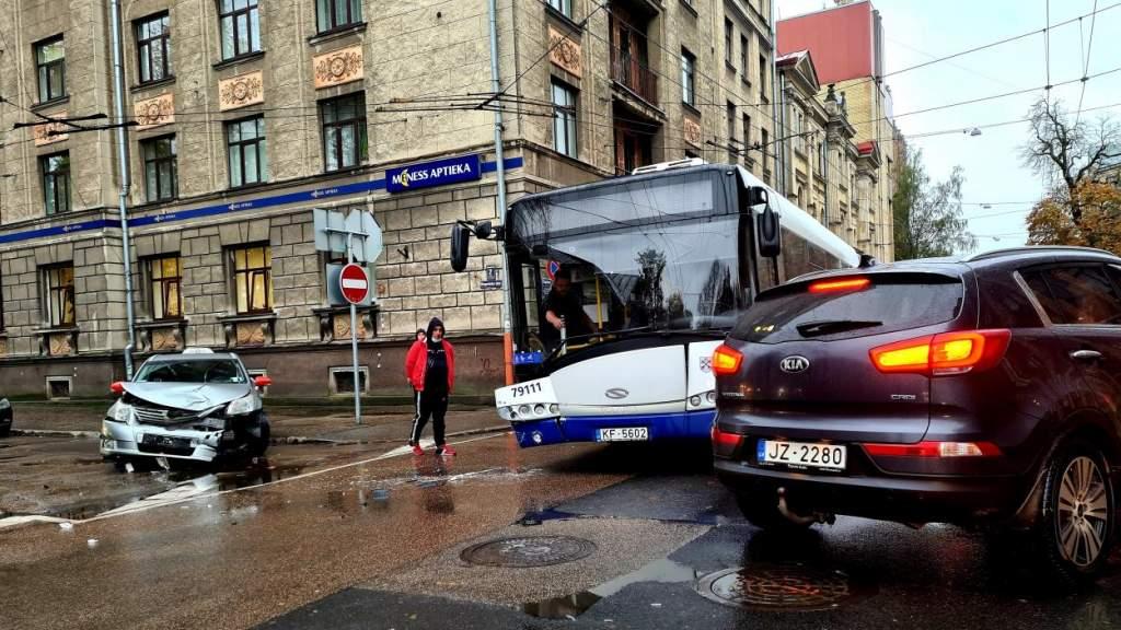 Очевидец: сколько можно массово бить автобусы Rīgas satiksme? (+ ФОТО)