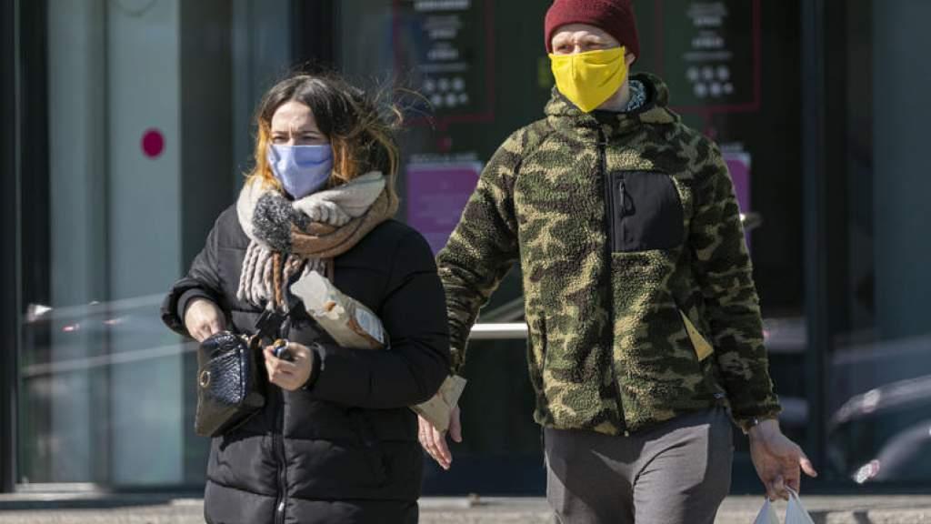 Полицейские посещают торговые центры и призывают носить маски