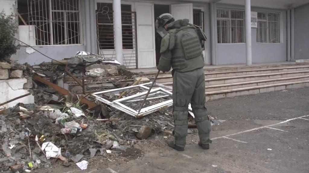 Российские военные помогают жителям Карабаха стройматериалами и обезвреживают мины