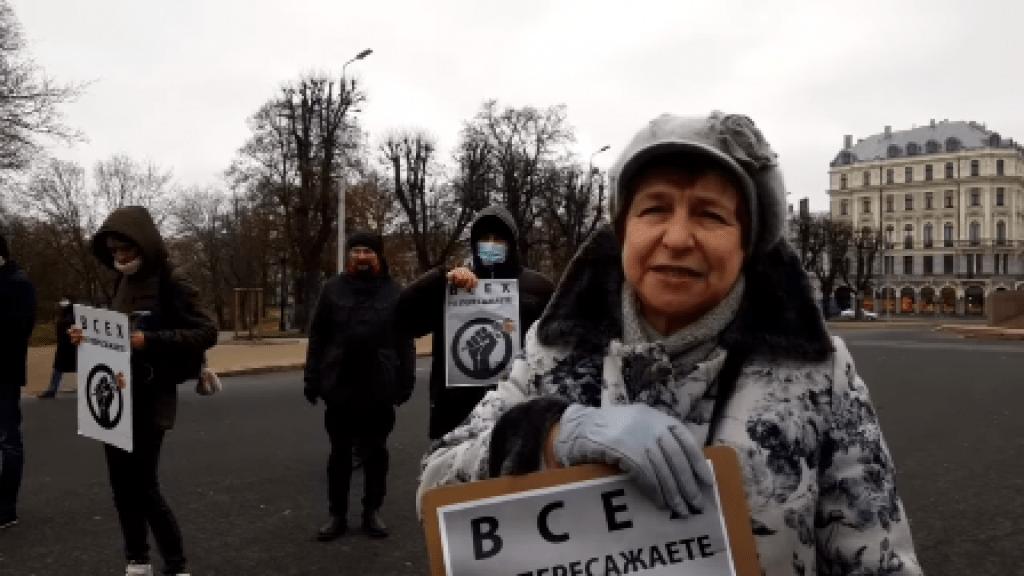 Соотечественники организовали пикет против обысков и арестов русскоязычных журналистов на улицах Риги
