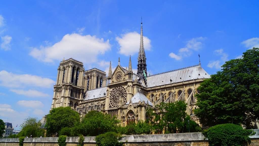 Специалисты из Петербурга помогут восстановить сгоревшие часы собора Парижской Богоматери
