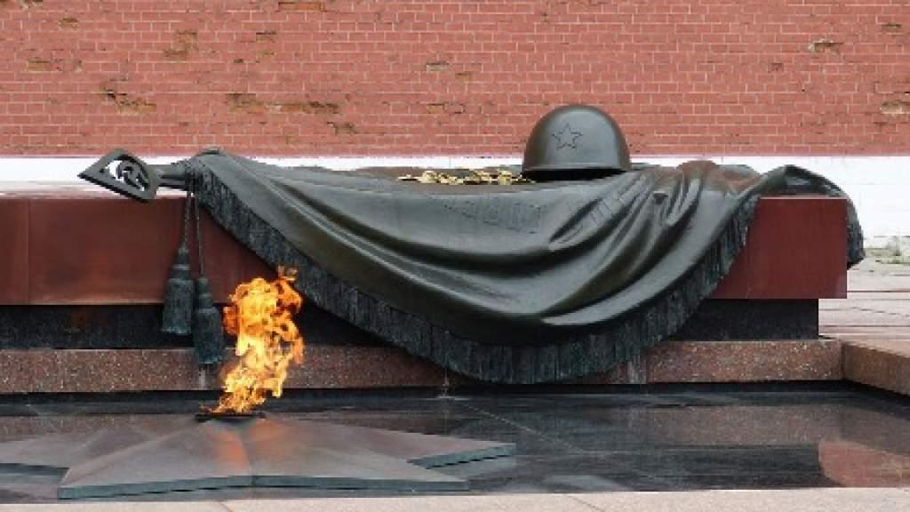 В День Неизвестного Солдата проводятся акции памяти и Уроки мужества