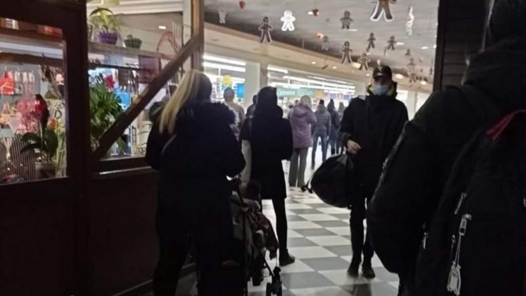 """В магазинах уже сейчас очереди – народ вновь толпится, закупаясь """"зепрещенкой"""""""