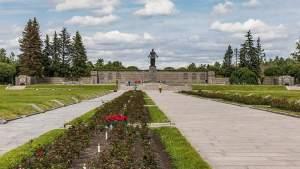Блокадники из 15 стран передали венки и цветы на Пискарёвское кладбище в Петербург