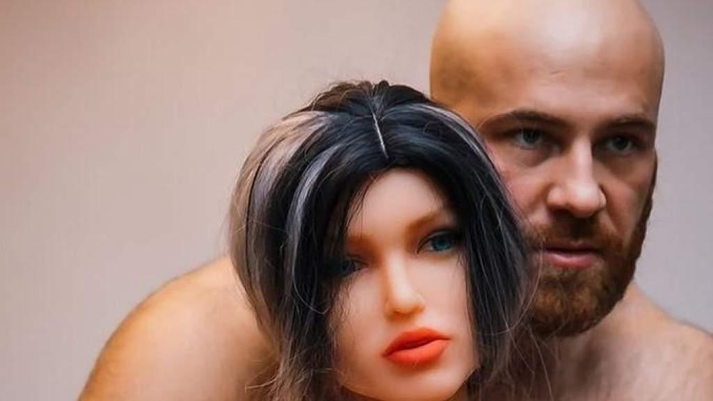 Бодибилдер сломал свою резиновую жену через месяц после свадьбы