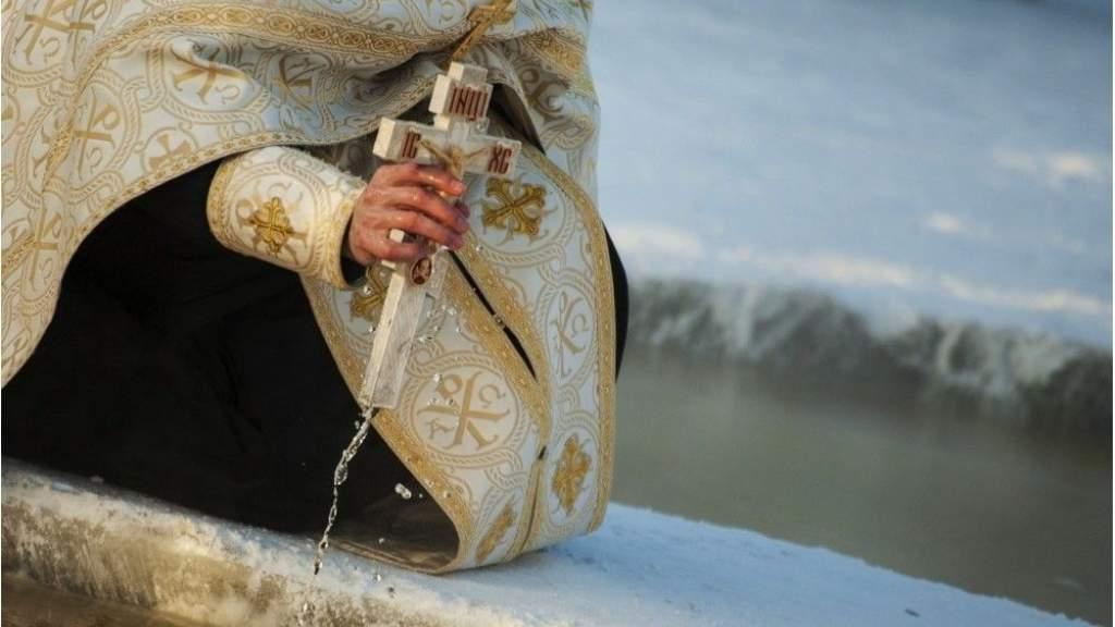 Эксперты рассказали, как безопасно искупаться в проруби на Крещение