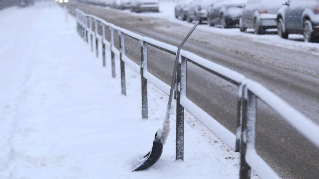 Из-за снега условия движения осложнены на всей территории Латвии