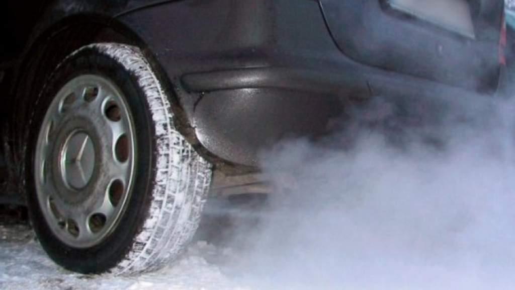 """Рижане-пешеходы возмущены: """"Водители заставляют дышать выхлопными газами!"""""""