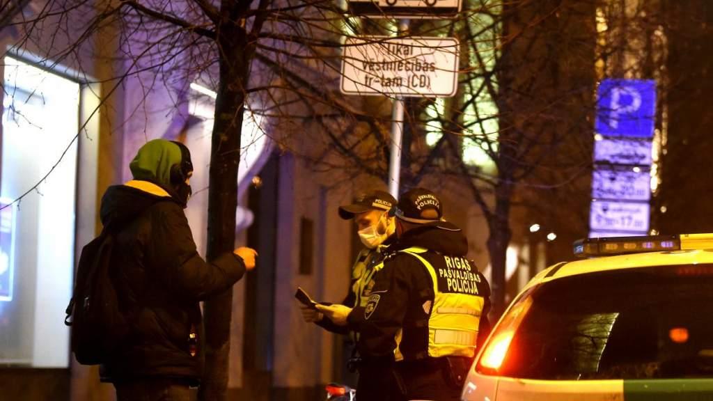 Власти Латвии решили продлить все коронавирусные ограничения до 7 февраля