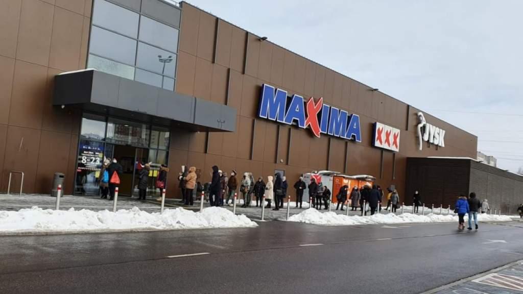 Рижане: сколько можно стоять на морозе в очереди в супермаркет! Издеваетесь?