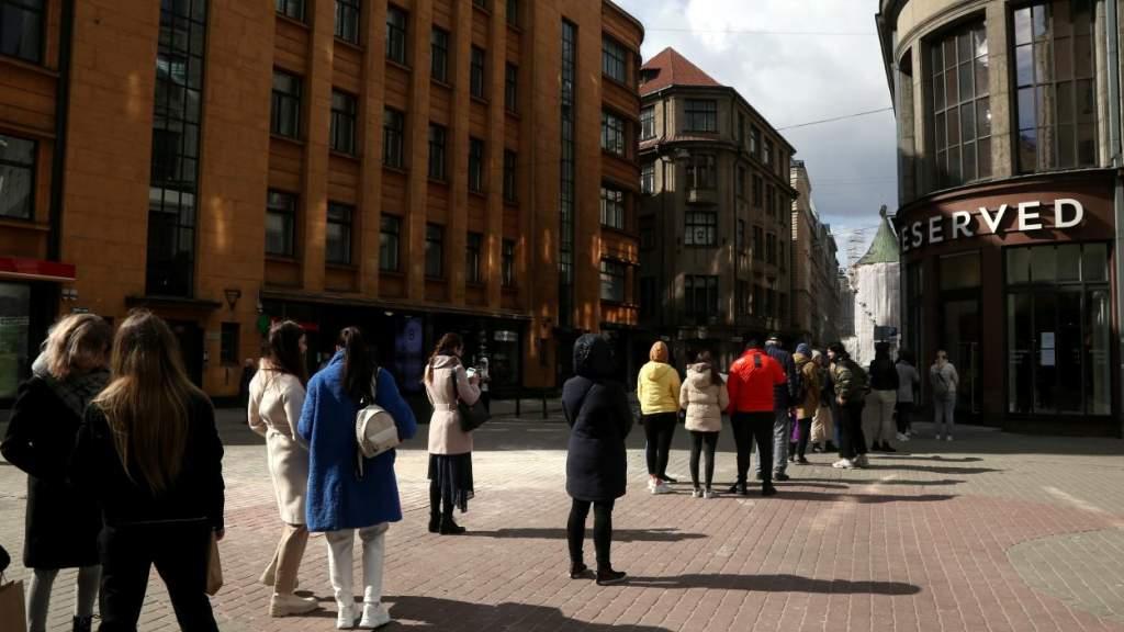 ФОТО: латвийцы выстраиваются в огромные очереди, чтобы вновь закупиться одеждой