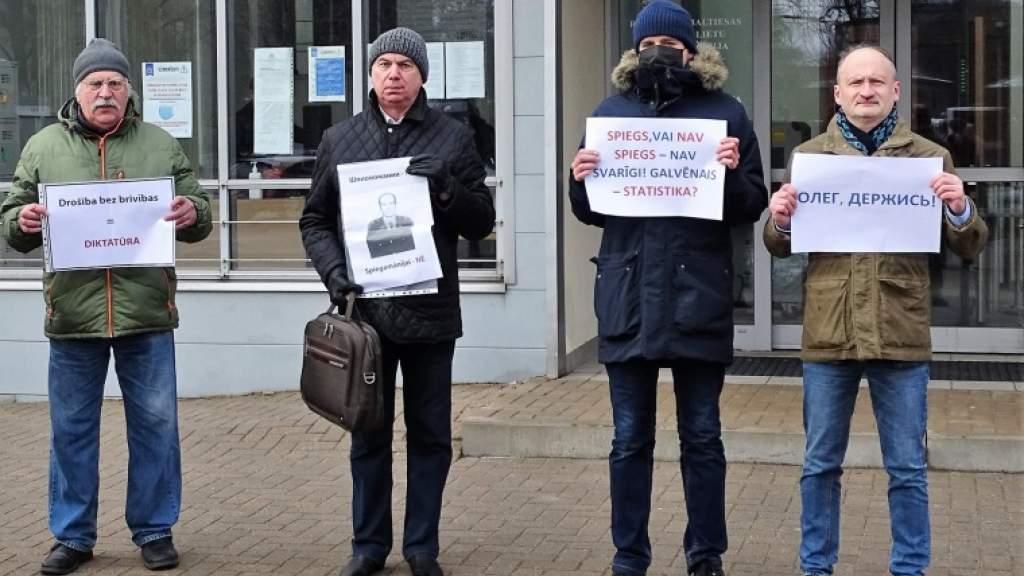 Русский союз Латвии провел акцию в поддержку Олега Бурака около здания суда в Риге