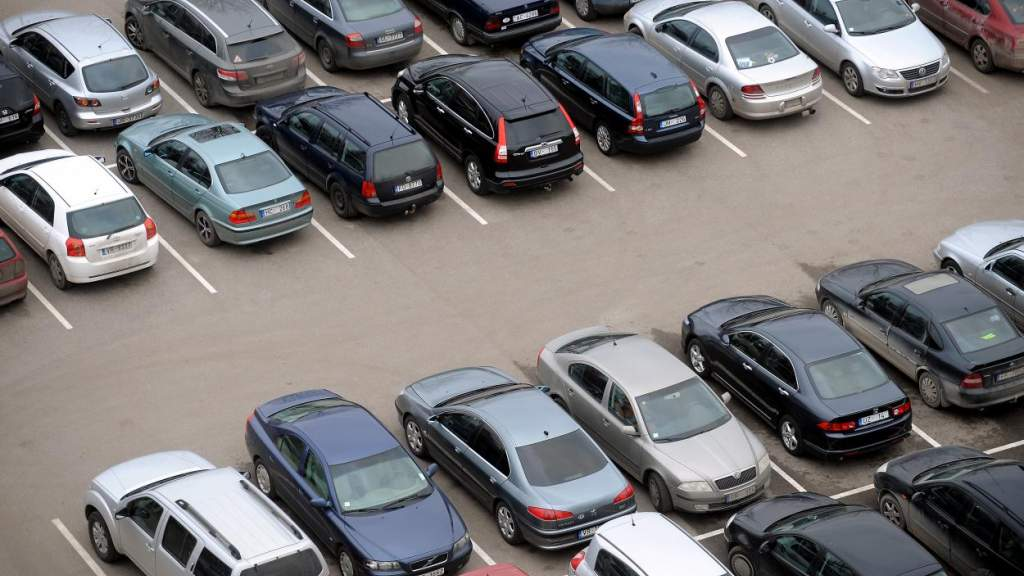 Современные авто не помещаются на латвийских парковках. Что делать?