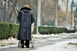 Bunica își plimbă nepoții. Oraș înglodat. Ruptură între generații. Țară întunecată.