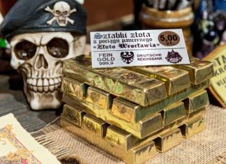 """Das Geschäft mit Schoko-Nazi-Zügen und Nazi-Zug-Tassen blüht: Der angebliche Fund eines """"Gold-Zuges"""" versetzt ein polnisches Dorf in Aufregung."""