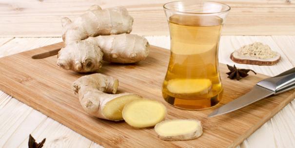 Ingwertee kann Übelkeit lindern, weil die enthaltenen ätherischen Öle die Magenbewegungen beruhigen