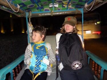 To trøtte sjeler på tuktuk, klokka 04.45. Kaldt var det også...