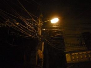 Et virrvarr av elektriske kabler