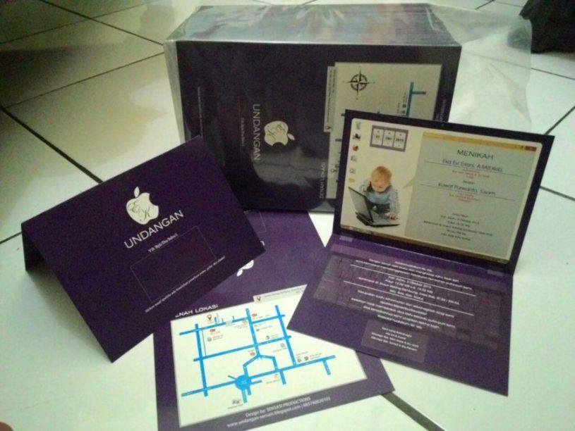 desain undangan pernikahan bentuk laptop