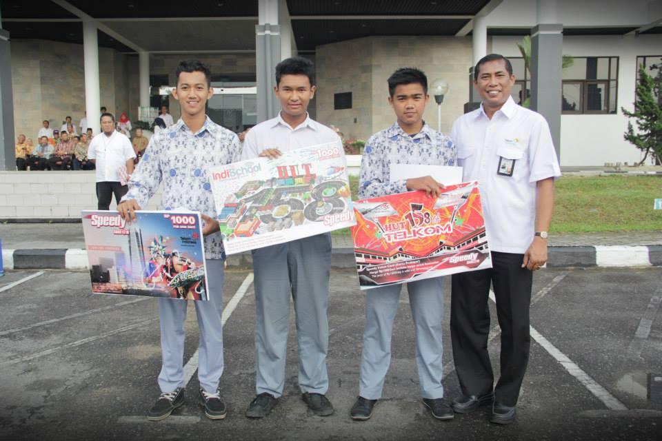 Penyerahan Hadiah Lomba Desain Kartu Speedy Instan Komunitas (sumber foto: IndischoolBalikpapan)