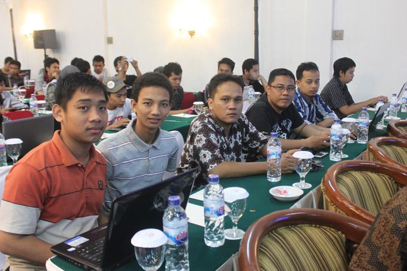 Para blogger narsis yang selalu mengabarkan perkembangan ABFI2013 melalui blog dan twitter dengan akses Wifi ID