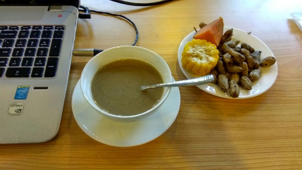 Sajian bubur kacang ijo, kacang rebus, jagung rebus dan ubi rebus di ngeblog bareng blogger di Grand Tjokro Balikpapan membuat suasana santai penuh keakraban lebih terasa