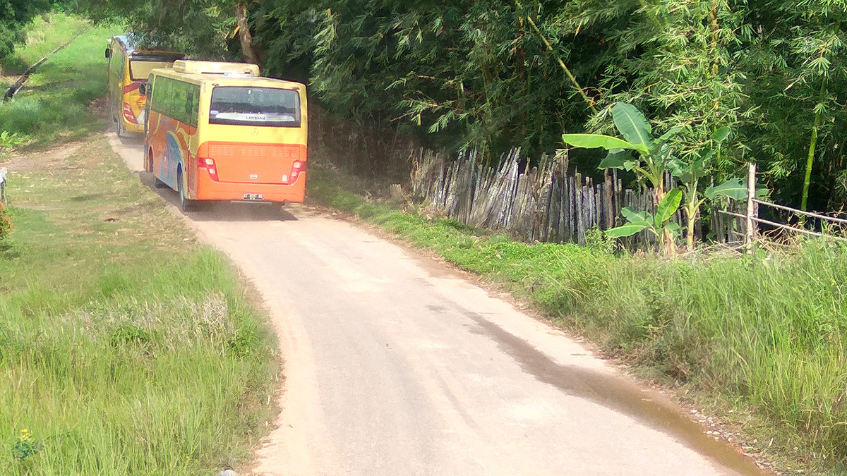 Akses jalan menuju dan keluar dari Kebun Raya Balikpapan yang masih perlu dilakukan pelebaran