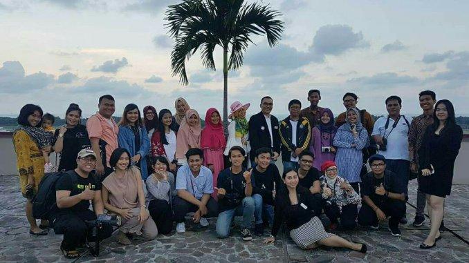 Foto bareng peserta Blogger dan Influencer Gathering berlokasi di roof top Grand Tjokro Balikpapan