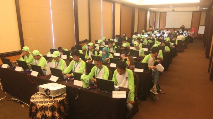 Para peserta Jambore TIK Disabilitas 2017 sedang berlomba menyelesaikan soal TIK