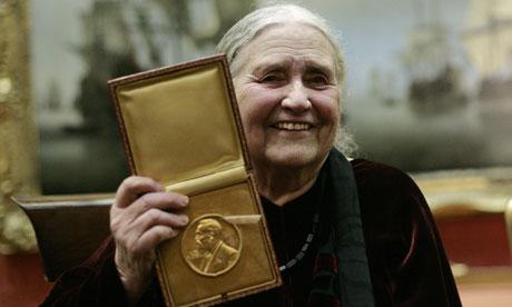 Doris Lessing nel 2007 con il Premio Nobel