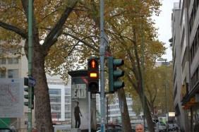Statt des gelben Signals gibt es einen gelben Streifen. In Hamburgg gibt es bei Fussgängerampeln gar kein gelbes Signal