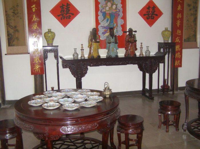 Zu einer traditionellen Hochzeit gehört in China immer auch die Verbeugung des Hochzeitspaares vor dem Ahnenaltar der Familie