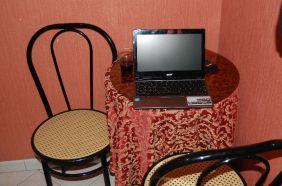Ein kleines Tischchen, an dem am Abend ein wenig im Internet surfe.